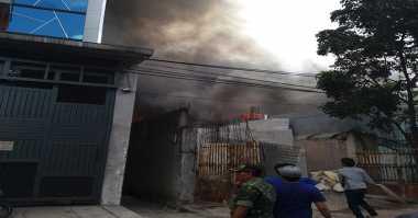Kebakaran di Permukiman Jembatan 5 Tambora, Asap Mengepul