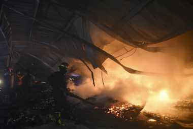 Enam Petugas Damkar Terluka Padamkan Api di Tambora