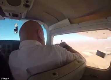 VIDEO: Buka Jendela Pesawat, Kamera Pria Ini Tersedot Keluar