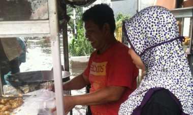 Banjir Melanda, Tukang Gorengan Ini Tetap Jualan Demi Keluarga