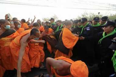 Buru Biksu Korup, Polisi Thailand Usir Ribuan Jemaat dari Vihara