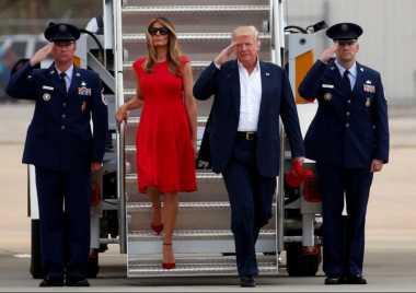 Cantiknya Melania Trump dengan Gaun Merah Alexander McQueen saat Kunjungan ke Florida