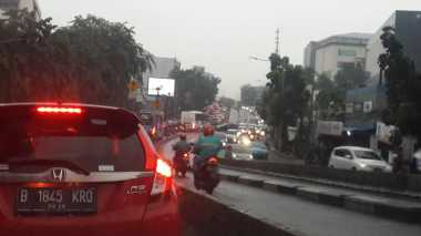 Pagi Hari Diguyur Hujan, Sejumlah Ruas Jalan Ibu Kota Macet