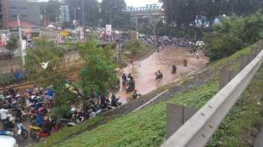 Duh! Kolong Tol JORR Kalimalang Banjir, Lalu Lintas Macet
