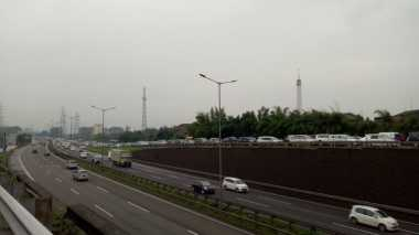 Hujan di Pagi Hari, Ruas Tol JORR Arah Jakarta Macet