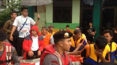 Naik Perahu Karet, Anies Sambangi Korban Banjir di Cipinang Melayu