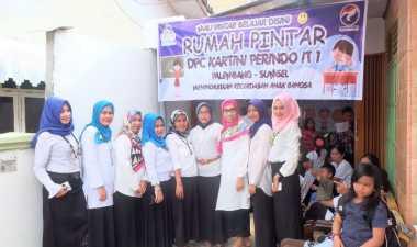 Kartini Perindo Beri Piagam pada Guru Rumah Pintar