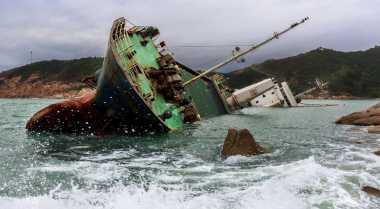 Cuaca Buruk, Kapal Feri Kandas di Teluk Bone