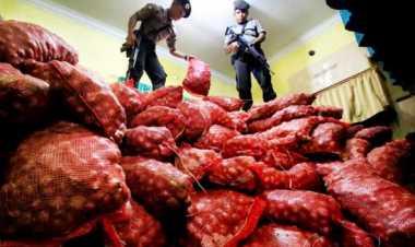 Polres Langkat Musnahkan 132 Karung Bawang Merah Ilegal