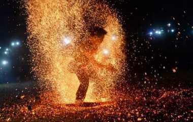 Atraksi Kesurupan di Atas Bara Api Pemandangan Unik di Vietnam