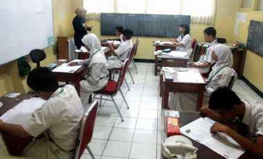 Laksanakan Unas, Siswa SLB Dibimbing Guru