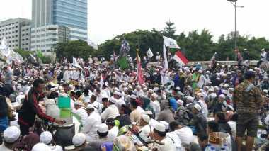 Aksi 212, Nyanyian Lagu Indonesia Raya dan Takbir Menggema di Depan Gedung DPR