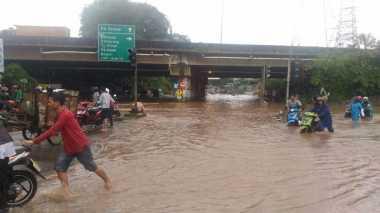 Duh... Jalan Kalimalang Kolong Tol JORR Kembali Banjir, Tak Bisa Dilintasi