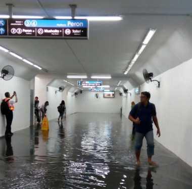 JAKARTA BANJIR: Terowongan Pejalan Kaki Stasiun Manggarai Banjir
