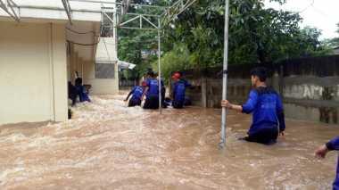 Tanggulangi Banjir di Cipinang Indah, Petugas Bikin Tanggul Dadakan