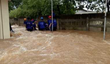 Tanggulangi Banjir di Cipinang Indah, Petugas Bikin Tanggul Darurat