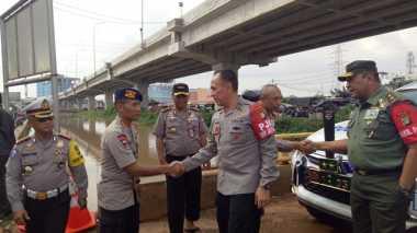 Kapolda Metro dan Pangdam Jaya Tinjau Banjir di Cipinang Melayu