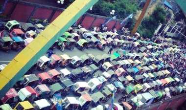 Dikepung Ribuan Penarik Becak Motor, Jalan di Depan Balai Kota Medan Macet Total