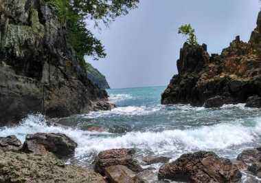 Surganya Hulu Pelangi Banyuwangi Ada di Teluk Hijau