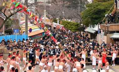 "Ratusan Pria Nyaris Telanjang Berbondong-bondong Ambil ""Tongkat Suci"" di Jepang"