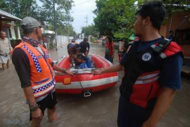 Ribuan Rumah di Mojokerto Kebanjiran, Warga Dievakuasi Pakai Perahu Karet