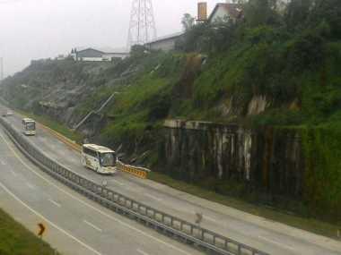 Waduh! Banjir dan Longsor Ancam Tol Pandaan-Gempol