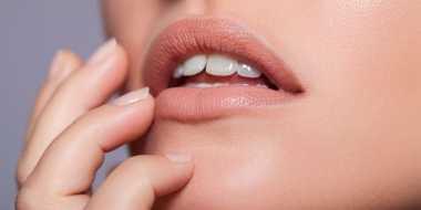 Pilihan Warna Lipstik yang Bikin Gigi Kuning Nampak Lebih Putih