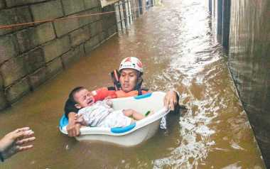 TOP NEWS (6): Kisah Heroik Relawan Selamatkan Bayi saat Banjir Jakarta