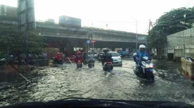 Jalan Tergenang dan Kecelakaan di Kebon Nanas Pengaruhi Lalin Pagi Ini