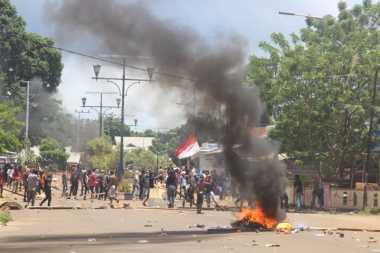 Protes Pleno KPU Morotai, Pendukung Paslon Bupati Bakar Ban & Sebar Batu di Jalan