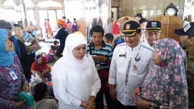 Mensos Khofifah Tinjau Fasilitas Umum bagi Pengungsi Banjir Cipinang Melayu