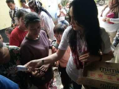 Sindir Ahok, Puluhan Pink Lady Sambangi Permukiman Korban Banjir