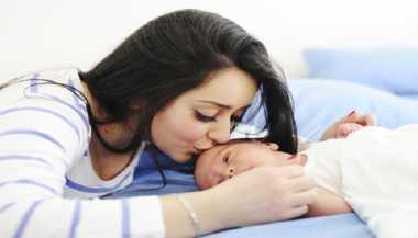 Nyanyi saat Bermain dengan Bayi Bikin Otaknya Makin Cerdas