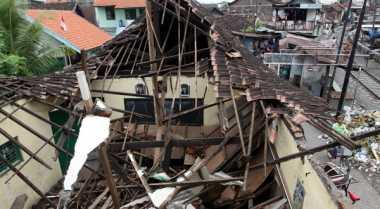 Wuzz.. Atap Sekolah Hancur Disapu Puting Beliung