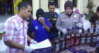 Polisi Ringkus Pengoplos Miras Bermerek di Surabaya