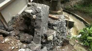 Waduh.. Jembatan di Sukabumi Kembali Ambrol saat Diperbaiki