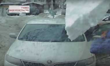 VIDEO: Waduh! Dua Pria Hampir Tewas Tertimpa Bongkahan Es