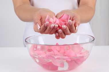 Sudah Tahu Belum Manfaat Air Mawar untuk Kecantikan Wajah?