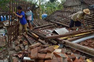 Belasan Rumah Rusak Parah Dihajar Angin Puting Beliung