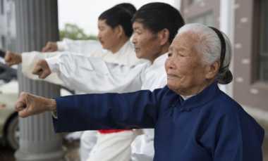 WOW! Nenek 94 Tahun Jagoan Kungfu Mendadak Tenar di Jagat Maya
