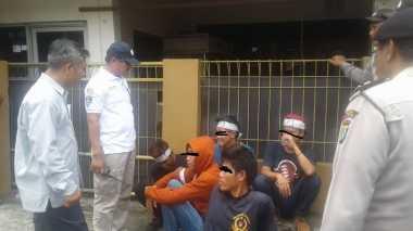 Demo ke Kantor Panwaslu Kota Tangerang, 2 Pria Tertangkap Bawa Bensin dan Ban Bekas