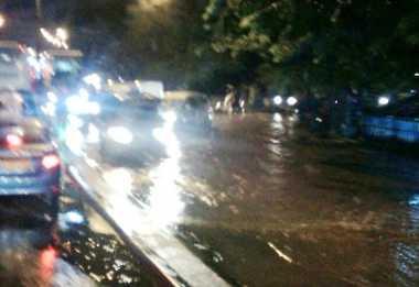 Hati-Hati, Ruas Jalan di Depan Pasar Induk Kramat Jati Banjir
