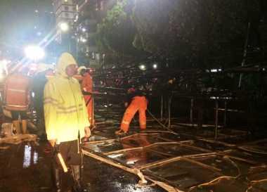 Evakuasi Baliho Masih Berlangsung, Lalu Lintas Slipi Tak Bisa Dilewati