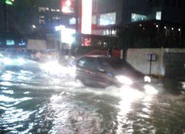 Banjir Parah, Jalan Hang Lekiu Kebayoran Baru Tak Bisa Dilewati