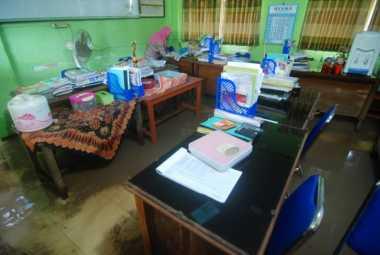 Banjir Jombang Rendam Sekolah, Pelajar SD Karobelah Dipulangkan