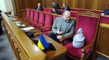 Ehh, Ada Penampakan Boneka Aneh di Parlemen Ukraina