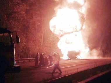 Truk Tangki Pertamina Terbakar, Lalin Tol Jagorawi Dialihkan ke Cikunir
