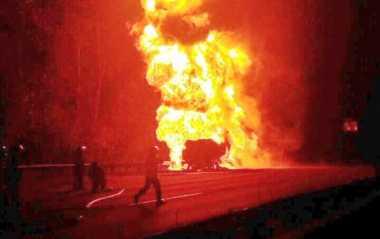 Truk Tangki Pertamina Terbakar di Tol Jagorawi, 12 Unit Mobil Damkar Dikerahkan