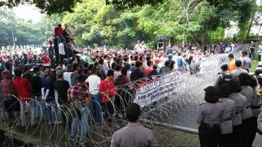 Kubu Rano-Embay Geruduk Lokasi Rekapitulasi Suara Pilgub Banten
