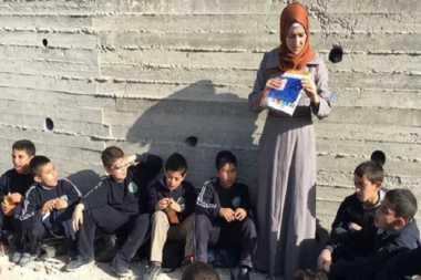 Israel Tutup Sekolah, Puluhan Anak Palestina Belajar di Jalan